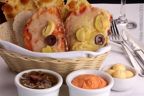 Entrada: Crostini, bruscheta, pão italiano com patês  e manteiga